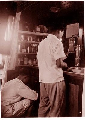 Yonias & Sian di apotek kapal Sarohan