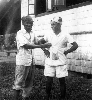 Desan (kanan) dan Milin sedang main badut